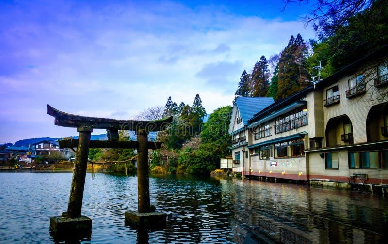 Yufuin, λίμνη Kirinko, νομαρχιακό διαμέρισμα του Oita, Ιαπωνία 12 Ιανουαρίου: Πέτρινο torii στοκ εικόνα