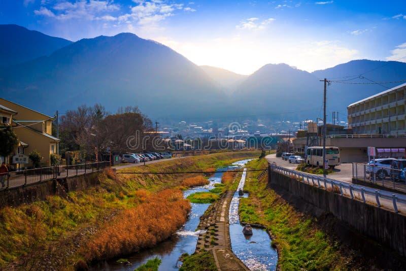 Yufuin, Japão 11 de janeiro: O por do sol da cidade de Yufuin em Japão em 11 J imagens de stock