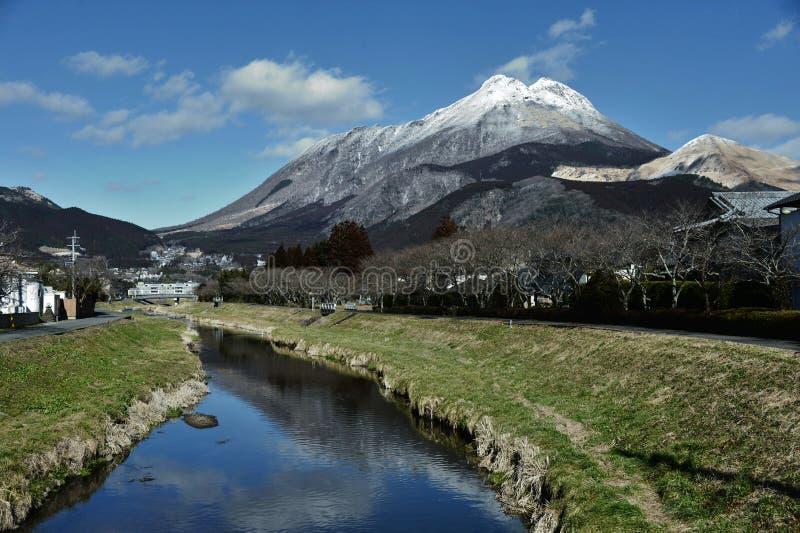 Yufuin, Stadt des Schnee-Berges lizenzfreie stockfotografie
