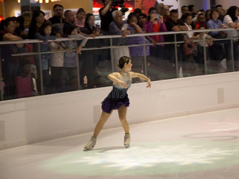 YuKa SaTo sur la représentation de patinage artistique de vacances de puits photo stock