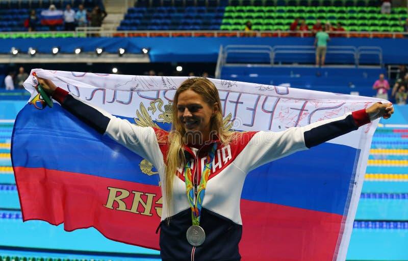 Yulia Efimova della Russia celebra la medaglia di argento dopo il finale di rana del ` s 100m delle donne di Rio 2016 giochi olim immagini stock