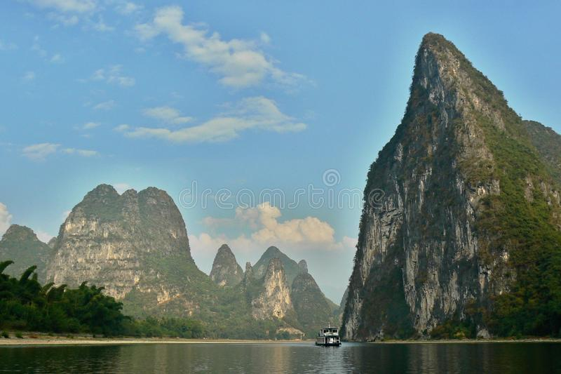 Yulong flod och otaligt av kullar för limefruktsten i det Yangshuo länet i Kina royaltyfria bilder