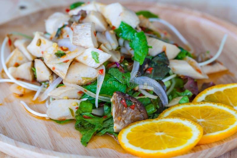 Yum гриб и саженцы солнцецвета положили в деревянное блюдо стоковые фото