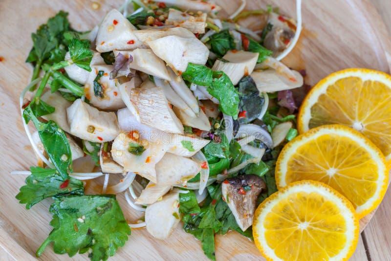 Yum гриб и саженцы солнцецвета положили в деревянное блюдо стоковые фотографии rf