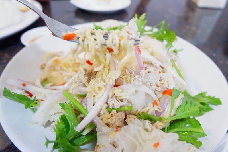 Yum dell'insalata delle tagliatelle istantanee fotografie stock