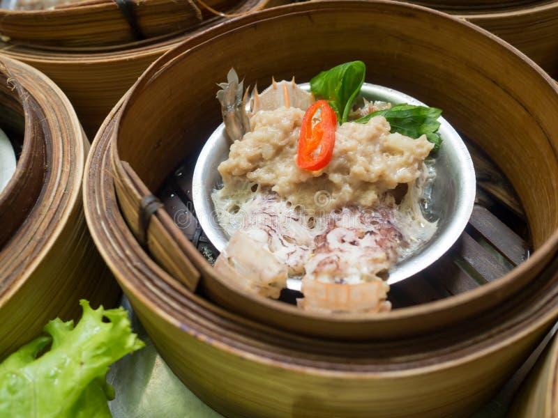 Yumcha或Dimsum、虾蛄和猪肉在中国料理店蒸在竹篮子火轮的饺子 库存图片
