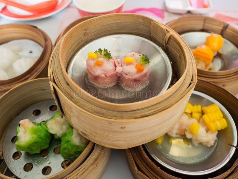 Yumcha, diverse Chinese gestoomde bol in bamboestoomboot in Chinees restaurant Dimsum in de stoommand, Chinees voedsel stock foto