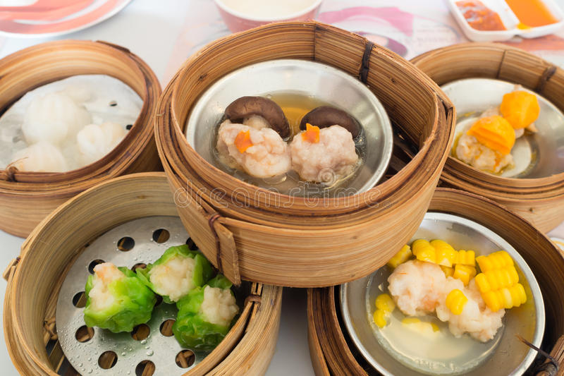 Yumcha, diverso chino coció la bola de masa hervida al vapor en el vapor de bambú en restaurante chino Dimsum en la cesta del vap fotos de archivo libres de regalías
