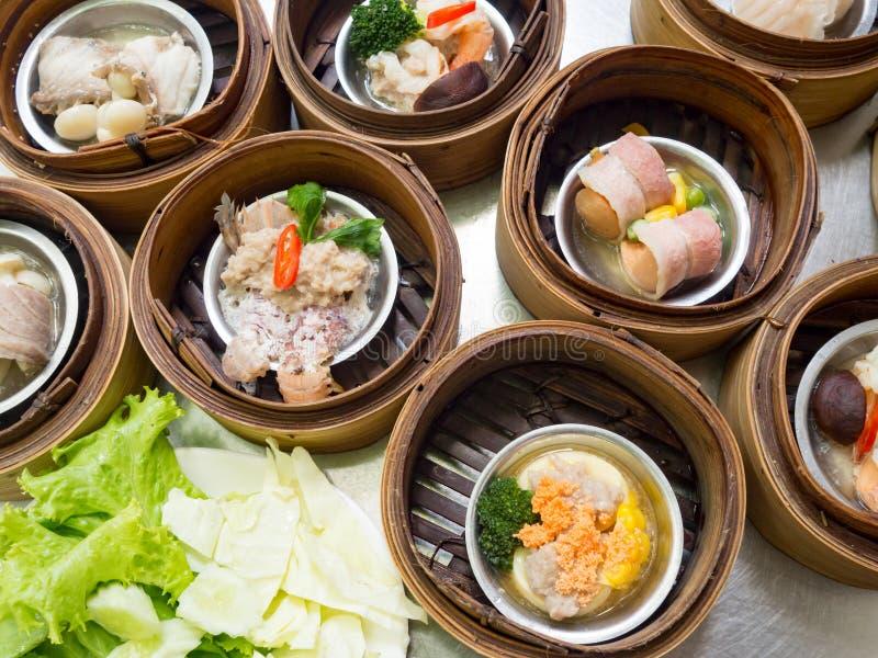 Yumcha ou Dimsum, chinesa bolinha de massa cozinhada v?ria culin?ria no navio de bambu da cesta no restaurante chin?s fotografia de stock royalty free