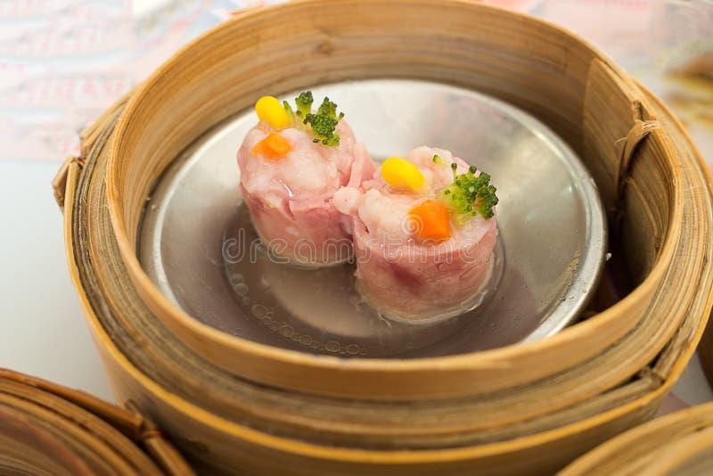Yumcha, vário chinês cozinhou a bolinha de massa no navio de bambu no restaurante chinês Dimsum na cesta do vapor, alimento do lo fotografia de stock royalty free