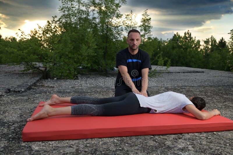 Yumeiho är en terapeutisk metod som baseras på manuella handlingar för att underhålla eller att förbättra kroppens hälsa royaltyfri fotografi
