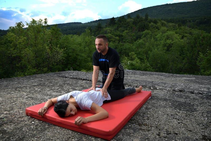 Yumeiho es un método terapéutico basado en las acciones manuales para mantener o mejorar la salud del cuerpo fotos de archivo