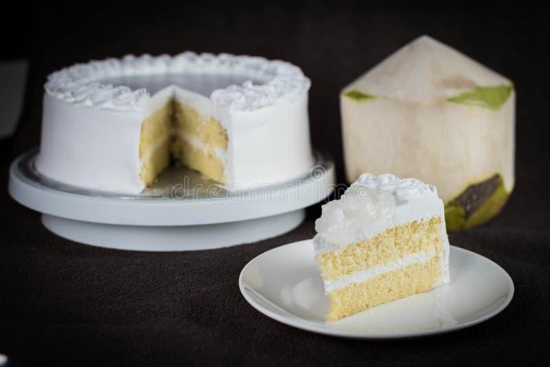 Yummy świeży kokosowy polewy mleka gąbki tort z niskim cukierem obrazy royalty free