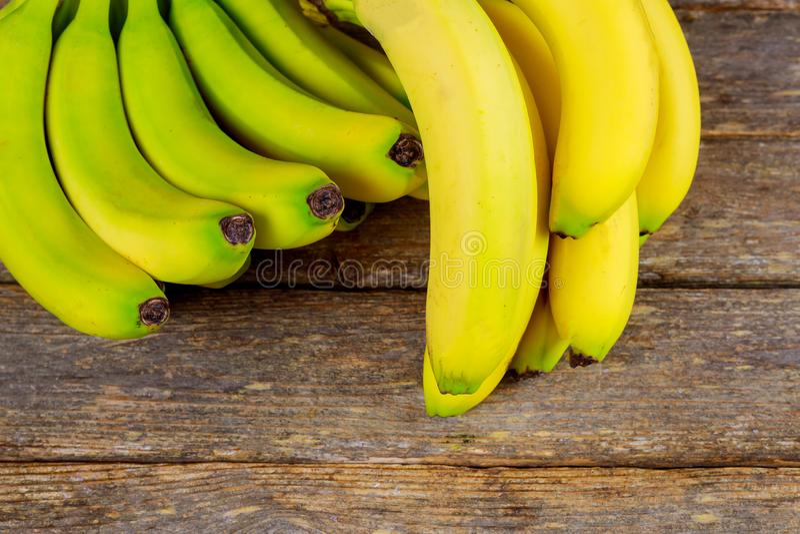 Yummy μπανάνες στο ξύλινο υπόβαθρο στοκ εικόνα