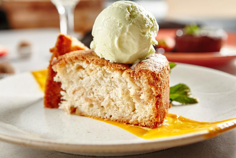 Yummy десерт Шарлотта с мороженым стоковое фото