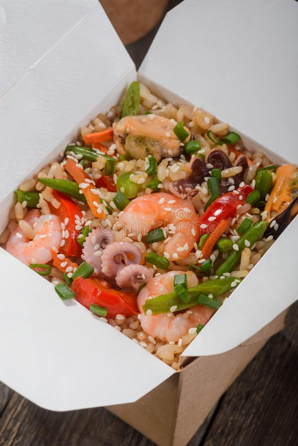 Yummy жареные рисы в коробке стоковые изображения