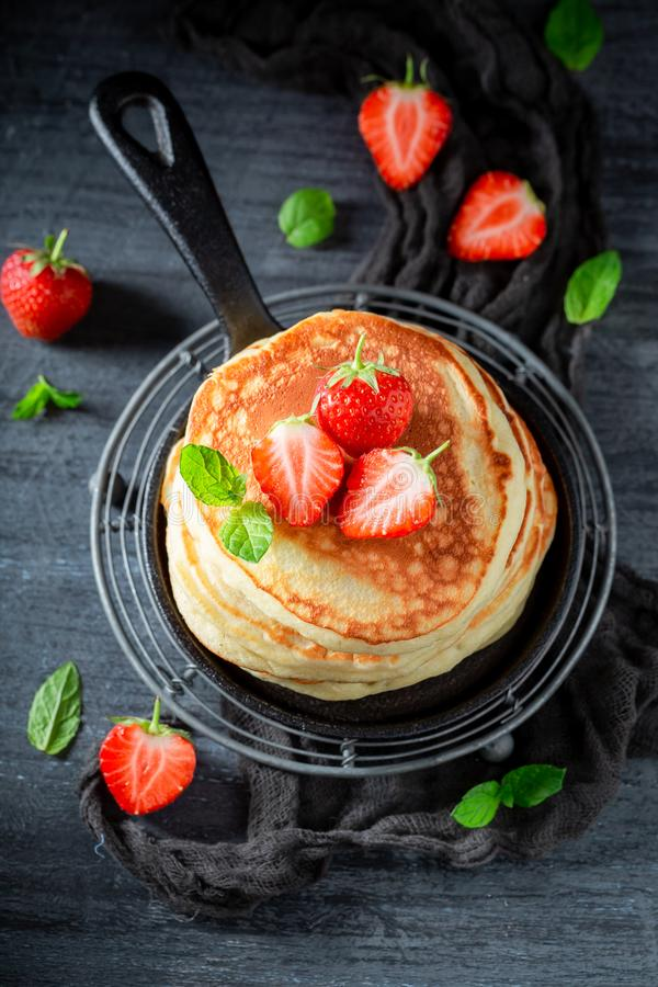 Yummy Amerikaanse pannekoeken met verse zoete aardbeien en suiker stock foto