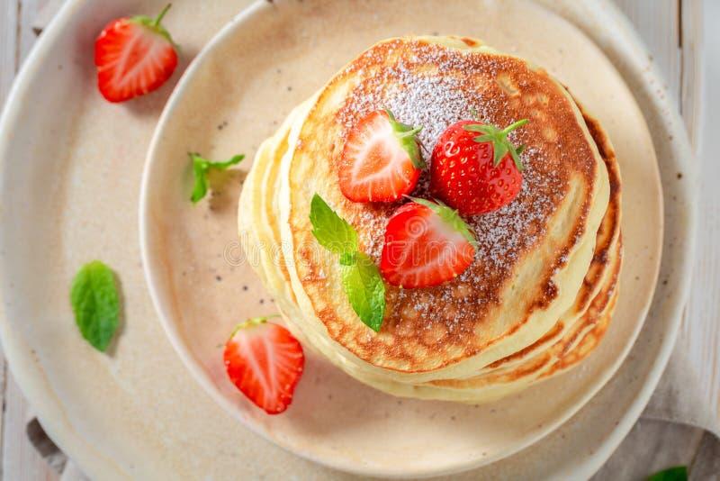 Yummy Amerikaanse pannekoeken voor zoet en smakelijk ontbijt royalty-vrije stock foto's