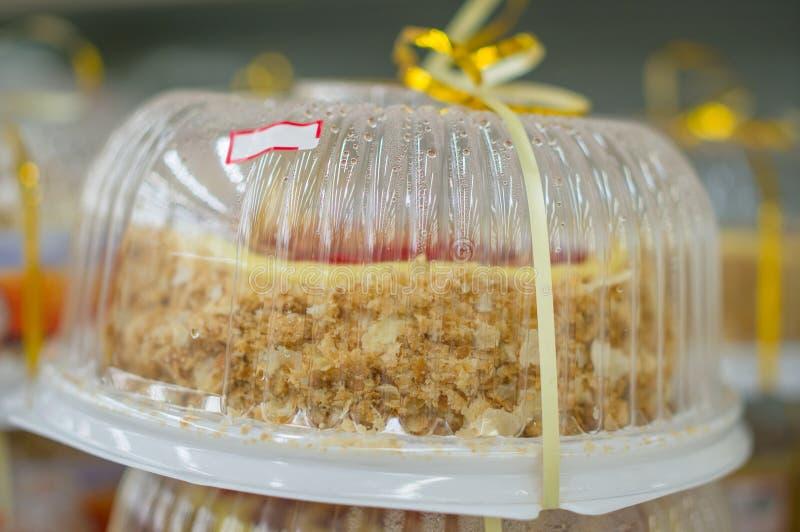 Yummy Biskuit backt auf Regalen im Supermarkt zusammen stockbilder