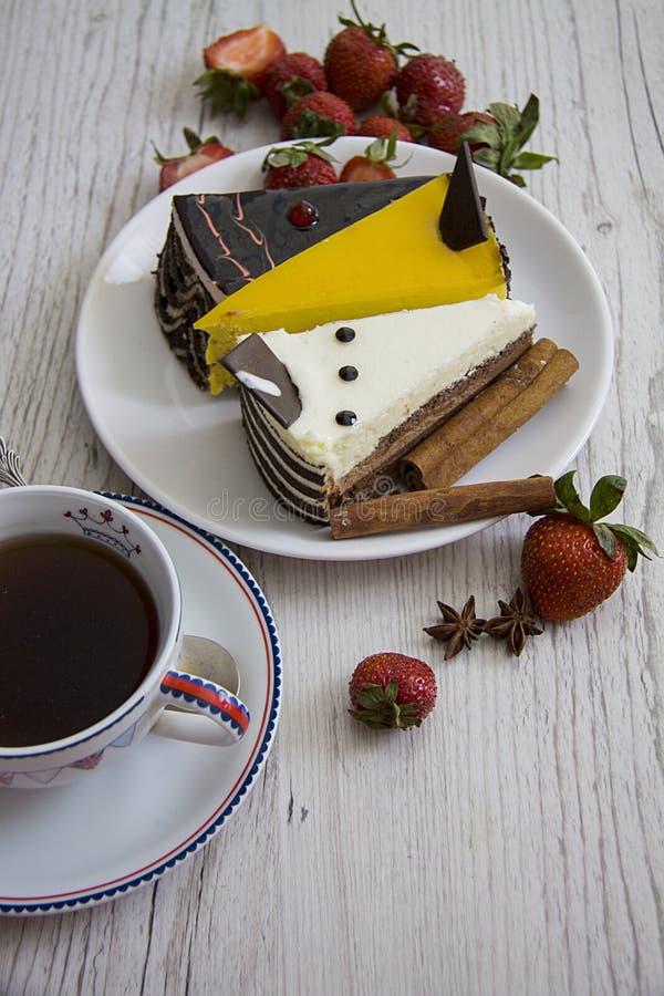 Yummy cakes met aardbei royalty-vrije stock fotografie
