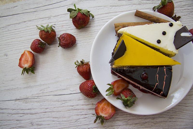 Yummy chococakes met aardbei royalty-vrije stock foto's