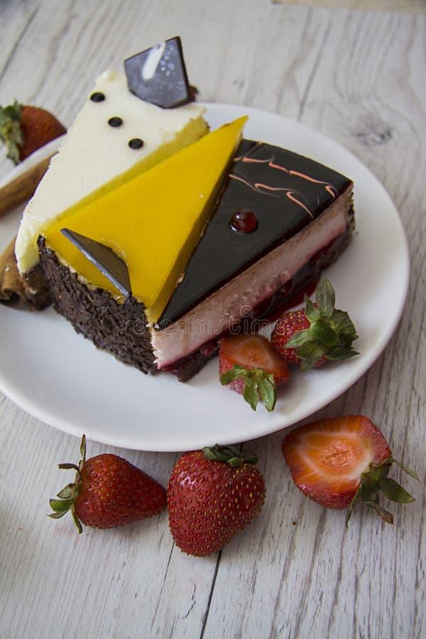 Yummy chococakes met aardbei stock fotografie