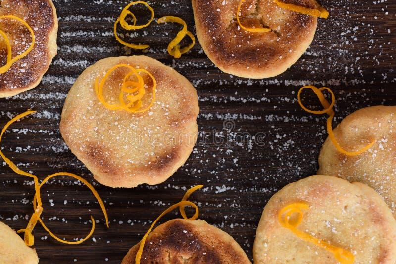 Yummy eigengemaakte die koekjes met citroenschil en suikersuikerglazuur worden verfraaid stock fotografie