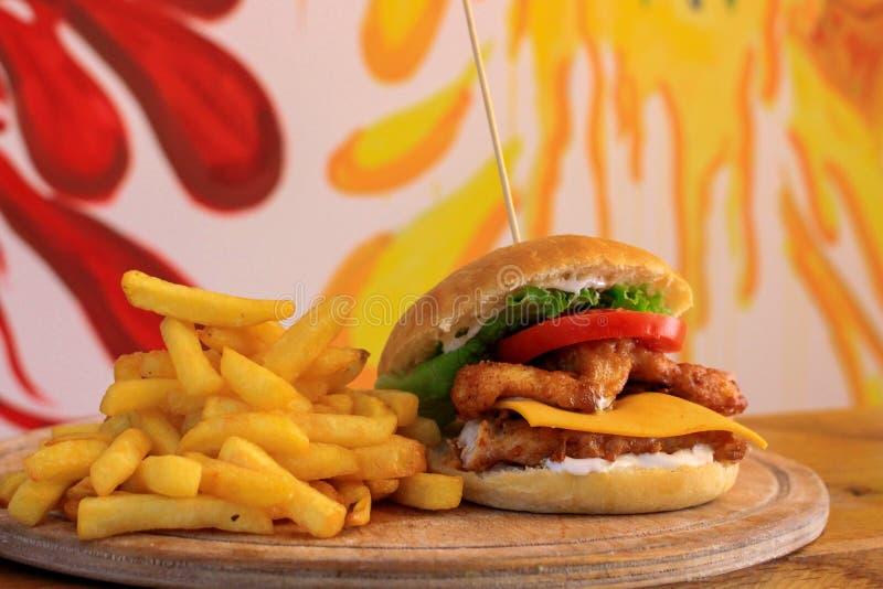 Yummy en smakelijke hamburger stock afbeelding