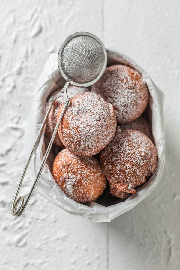 Yummy en verse heet en vers gebakken donutsballen stock fotografie