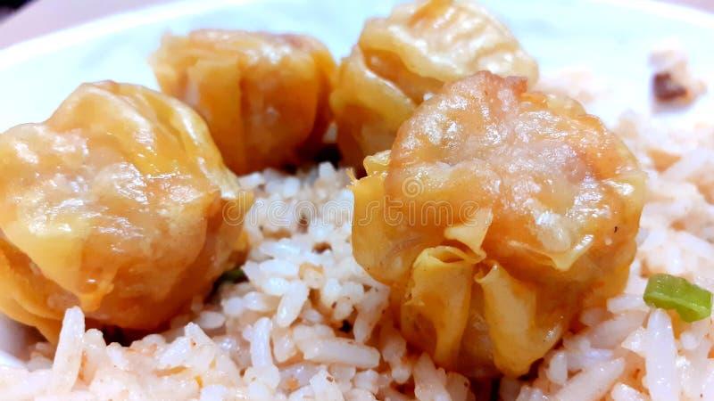Yummy fritto siomai con riso fritto! Alimenti filippini fotografia stock libera da diritti