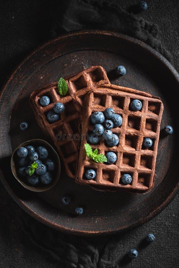 Yummy gofry z ciemną czekoladą i świeżymi jagodami fotografia royalty free