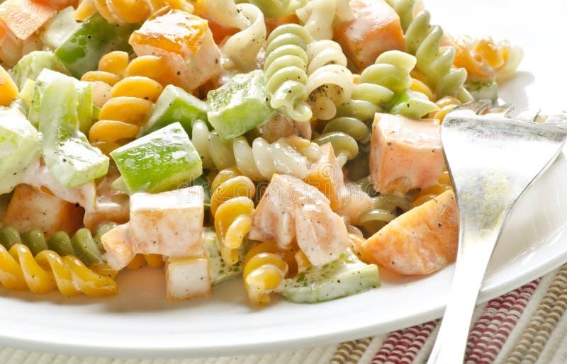 Yummy heerlijke deegwarensalade met mayonaise stock fotografie