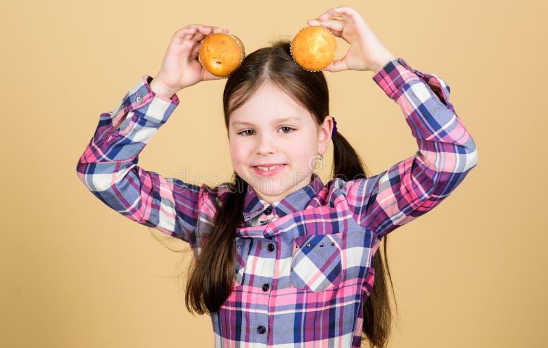Yummy muffins Dziewczyny dziecka ?asowania ?liczni s?odka bu?eczka lub babeczka s?odki deser kulinarny przepis przek?ska smakowit zdjęcie royalty free