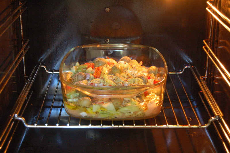 Yummy voedsel in de oven royalty-vrije stock foto
