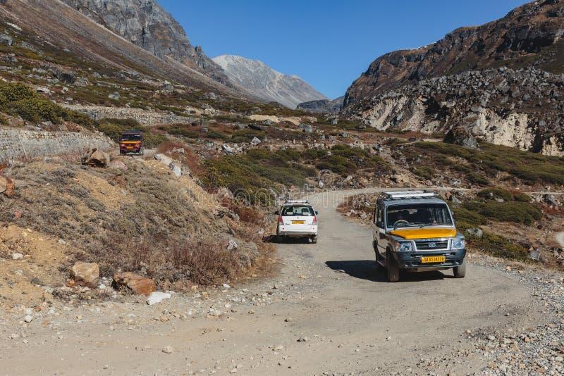 Yumthang dolina który przegląda od wysokiego pozioma widzieć pokrętną drogę wykładać z samochodami w zimie przy Lachung Północny  zdjęcia stock