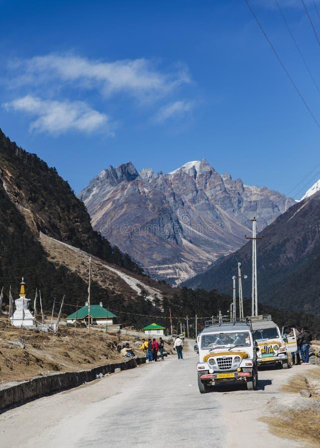 Yumthang dolina z droga kreskowymi i turystycznymi samochodami w zimie przy Lachung Północny Sikkim, India zdjęcie stock