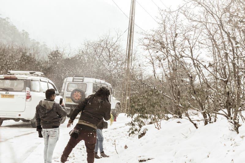 Yumthang-Tal, Sikkim, Indien am 1. Januar 2019: Gruppe des Touristen in der Winterkleidung Schnee an den Schneefällen an einem Ta stockfotos