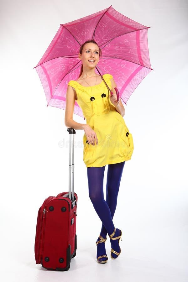 Yung Mädchen mit rotem Koffer stockfotos
