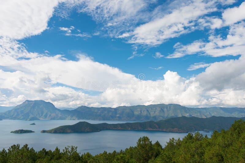YUNNAN CHINY, SEP, - 9 2014: Lugu jezioro sławny krajobraz w Lij obrazy royalty free
