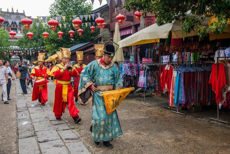 Yunnan Dali Dragon City, innan att utföra öppen ceremoni för välkommen gäst för portar royaltyfri foto