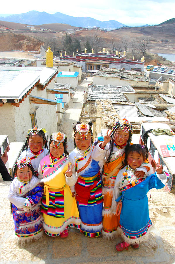 YUNNAN KINA - MARS 20: Oidentifierad kinesisk tibetan flickadr royaltyfri bild