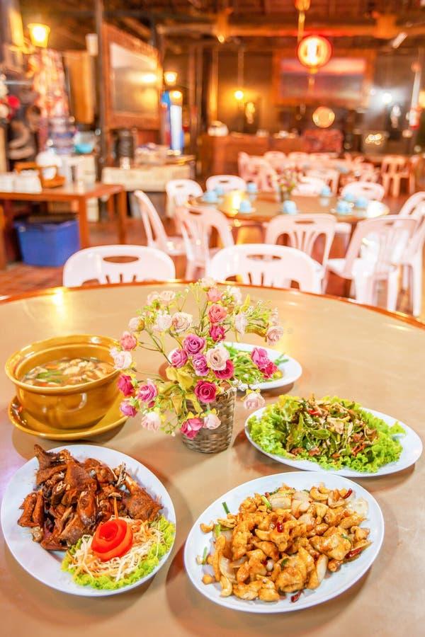 Yunnanese-Küchesatz, gegrilltes Huhn, gebratenes Schweinefleisch, Suppe und würziger Teeblattsalat, Yunnan-Nahrung in einem lokal stockfotografie