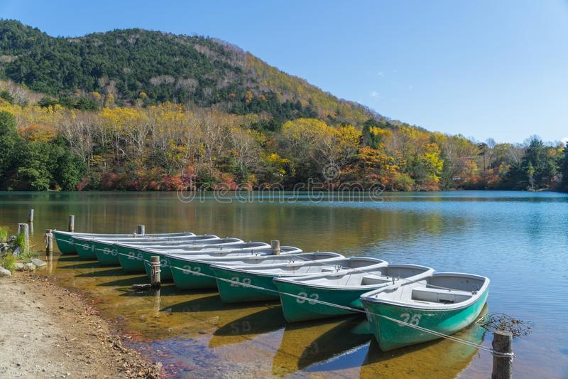 Yunoko See im Herbst, Nikko, Japan stockfotos