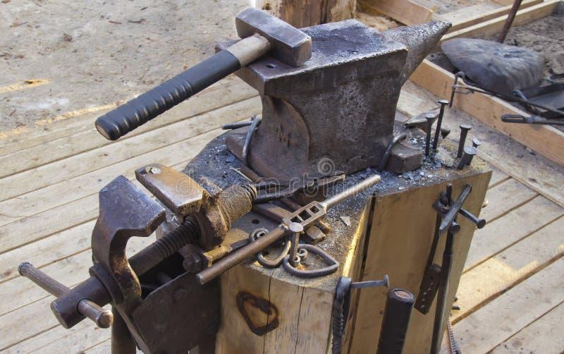 Yunque y herramientas fotos de archivo