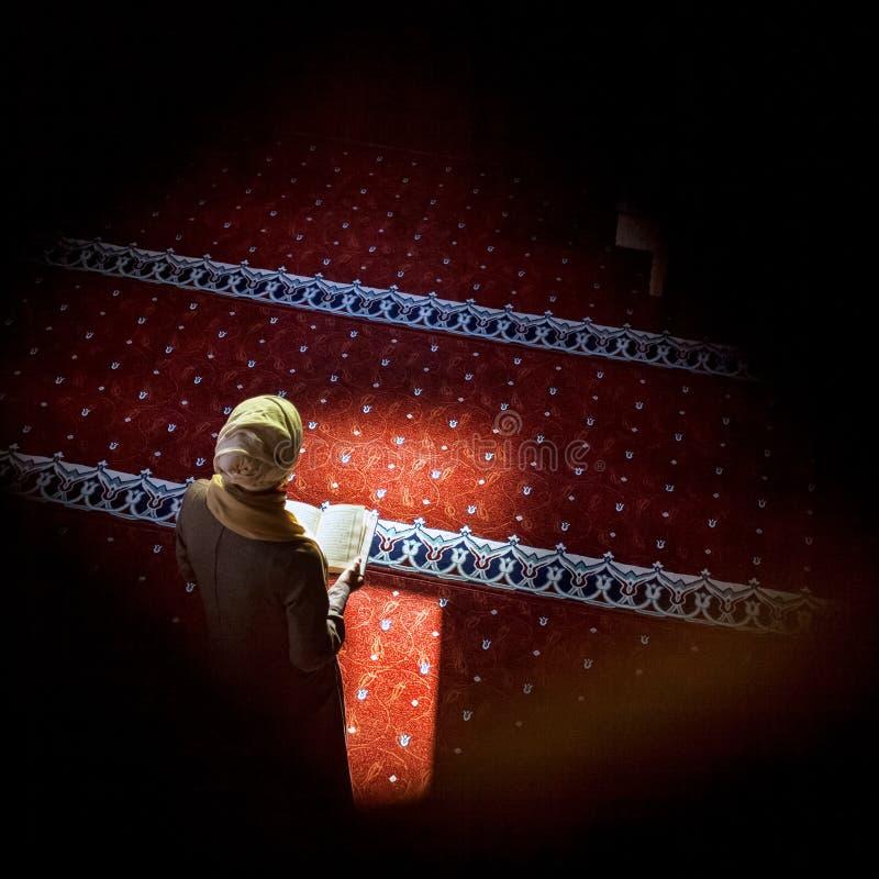 Yuong kobieta w meczecie fotografia royalty free