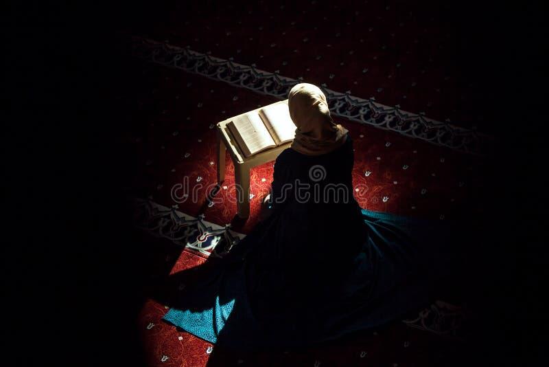 Yuong kobieta w meczecie zdjęcie royalty free
