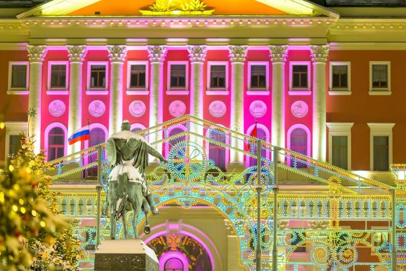 Yuri Dolgorukiy zabytek przeciw Moskwa rządowemu budynkowi z Bożenarodzeniowymi dekoracjami Iluminujący miasto zdjęcia stock