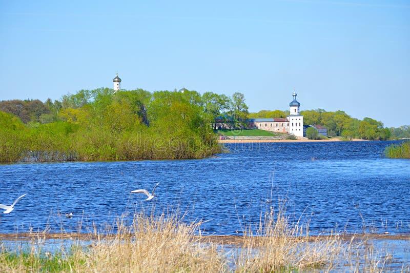 Yurievklooster en Volkhov-rivier in Veliky Novgorod, Rusland Het landschap van de bronwaterarchitectuur royalty-vrije stock foto's