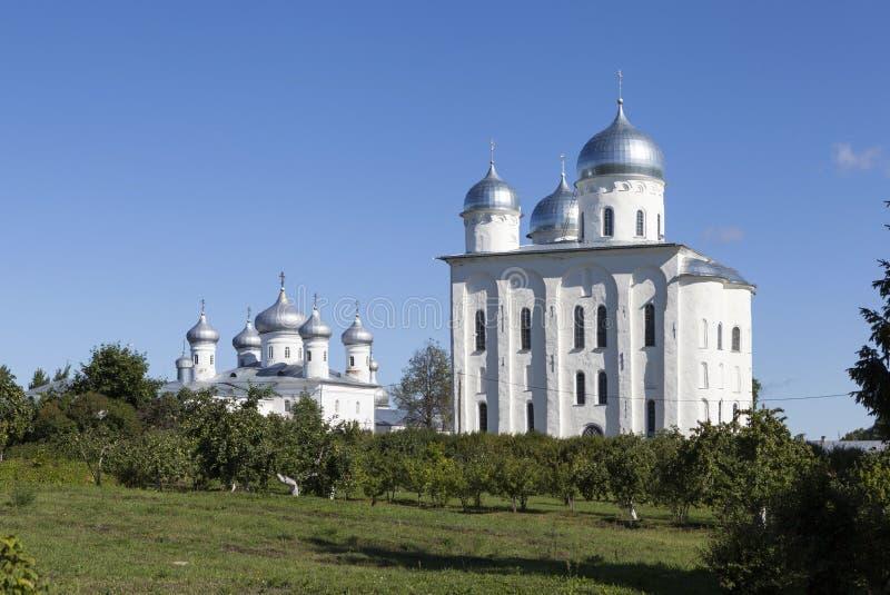 Yurievklooster Kerk van Onze Verlosser het Beeld en de Kathedraal van St George Velikiy Novgorod royalty-vrije stock afbeeldingen