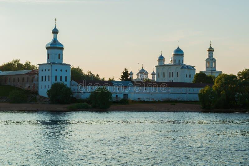 Yurievklooster op de bank van de Volkhov-rivier bij de zomerzonnen royalty-vrije stock afbeeldingen